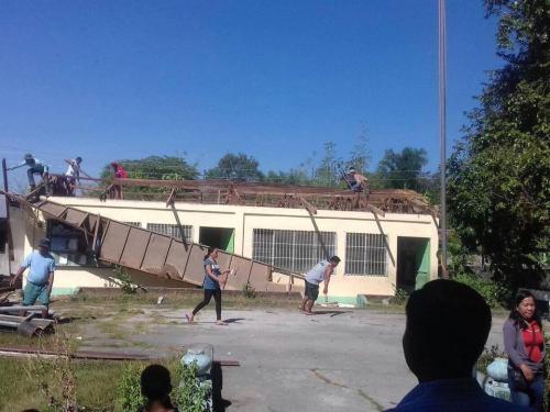Nagbayanihan ang mga Opisyales ng Brgy. Macaguing sa pagtatanggal ng lumang bubong sa Macaguing Primary School.