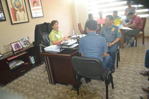 PSSUPT Ritchie Medardo Posadas, Tarlac Provincial Police Office OIC,paid a courtesy call to Mayor Nora Modomo (4)