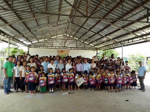 Pamamahagi ng mga school bags and supplies mula kay Governor Susan Yap sa mga mag aaral ng San Sotero Elem.School at Calipayan Elem (1)