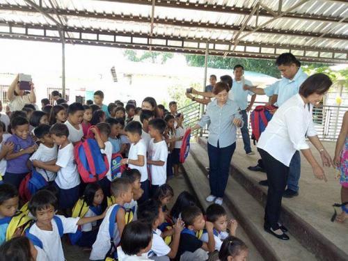 Pamamahagi ng mga school bags and supplies mula kay Governor Susan Yap sa mga mag aaral ng San Sotero Elem.School at Calipayan Elem (10)