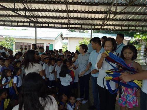 Pamamahagi ng mga school bags and supplies mula kay Governor Susan Yap sa mga mag aaral ng San Sotero Elem.School at Calipayan Elem (11)