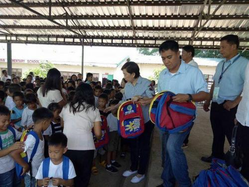 Pamamahagi ng mga school bags and supplies mula kay Governor Susan Yap sa mga mag aaral ng San Sotero Elem.School at Calipayan Elem (15)
