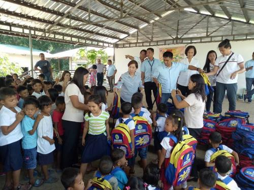 Pamamahagi ng mga school bags and supplies mula kay Governor Susan Yap sa mga mag aaral ng San Sotero Elem.School at Calipayan Elem (17)