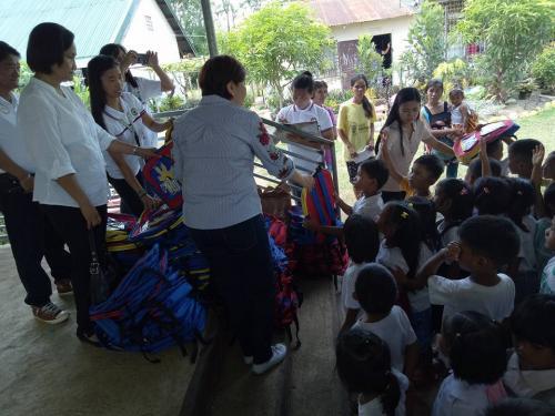 Pamamahagi ng mga school bags and supplies mula kay Governor Susan Yap sa mga mag aaral ng San Sotero Elem.School at Calipayan Elem (2)