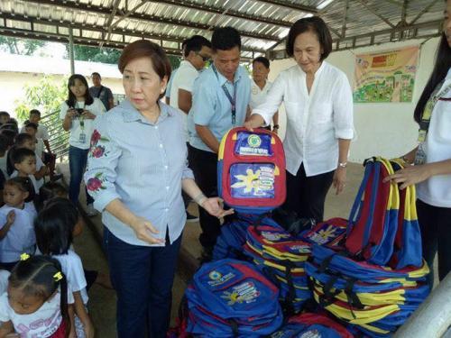 Pamamahagi ng mga school bags and supplies mula kay Governor Susan Yap sa mga mag aaral ng San Sotero Elem.School at Calipayan Elem (7)