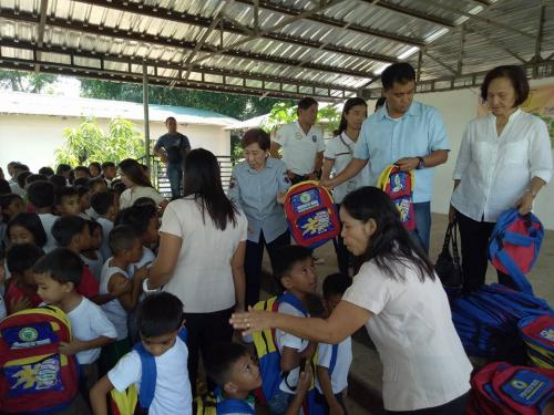 Pamamahagi ng mga school bags and supplies mula kay Governor Susan Yap sa mga mag aaral ng San Sotero Elem.School at Calipayan Elem (8)