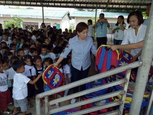 Pamamahagi ng mga school bags and supplies mula kay Governor Susan Yap sa mga mag aaral ng San Sotero Elem.School at Calipayan Elem (9)