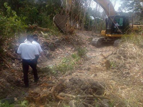 Personal na ininspeksyon ng ating Mayor, Nora T. Modomo ang kasalukuyang pag-dissilting sa Cabatuan Creek (1)