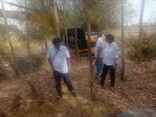 Personal na ininspeksyon ng ating Mayor, Nora T. Modomo ang kasalukuyang pag-dissilting sa Cabatuan Creek (2)
