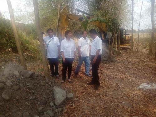 Personal na ininspeksyon ng ating Mayor, Nora T. Modomo ang kasalukuyang pag-dissilting sa Cabatuan Creek (4)