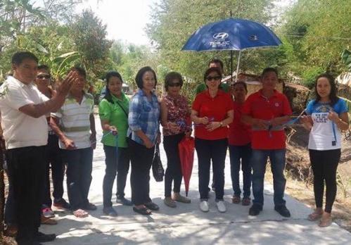 Pinasinayaan ng ating mahal na Mayor Nora Modomo ang bagong kalsada dito sa Purok 7 - Santa Ignacia (2)