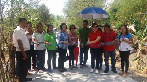 Pinasinayaan ng ating mahal na Mayor Nora Modomo ang bagong kalsada dito sa Purok 7 - Santa Ignacia (3)