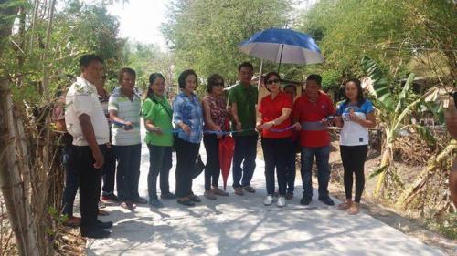 Pinasinayaan ng ating mahal na Mayor Nora Modomo ang bagong kalsada dito sa Purok 7 - Santa Ignacia (4)