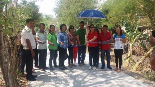 Pinasinayaan ng ating mahal na Mayor Nora Modomo ang bagong kalsada dito sa Purok 7 - Santa Ignacia (5)