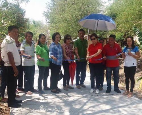 Pinasinayaan ng ating mahal na Mayor Nora Modomo ang bagong kalsada dito sa Purok 7 - Santa Ignacia (7)